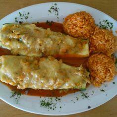 Zucchini mit Hackfleisch gefüllt, Reis und Tomatensoße