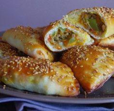 Ingrédients ( 4 personnes ): Pour la pâte :, 3 tasses de farine (450g), 1 cuil. à soupe de sucre, et ½ cuil à café de sel, 5 cui...
