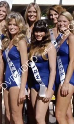 Farrah smiles as Miss Texas in a TV movie pageant. Hollywood Stars, Old Hollywood, Hottest Female Celebrities, Celebs, Barbi Benton, Photography Movies, Kate Jackson, Flawless Beauty, Farrah Fawcett