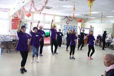 學員們為老人認真表演舞蹈