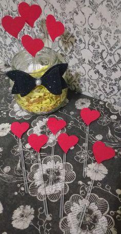 Topper para docinhos e cupcake com aplique de coração. Confeccionado em papel colorset vermelho e palito de plastico.   Lindo e delicado , perfeito para decoração de festas de noivado , cha de panela, cha bar e cha de lingerie.   Coração mede aprox 2 cm.