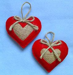 Handmade felt and burlap hearts set of 2 Hecho a mano juego de corazones de combat et arpillera de 2 Burlap Crafts, Valentine Crafts, Christmas Projects, Holiday Crafts, Valentines, Felt Christmas Decorations, Felt Christmas Ornaments, Valentine Decorations, Tree Decorations