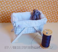 Mini bassinet and blue teddy bear Dollhouse Tutorials, Diy Dollhouse, Dollhouse Miniatures, Baby Barbie, Baby Dolls, Dolls Dolls, Barbie Furniture, Dollhouse Furniture, Baby Basinets