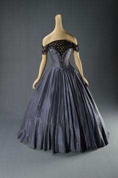 "Olivia de Havilland - ""My Cousin Rachel"" - Costume designer : Dorothy Jeakins Olivia De Havilland, Theatre Costumes, Movie Costumes, 40s Fashion, Vintage Fashion, Fashion History, Fashion Dresses, Best Costume Design, Hollywood Costume"