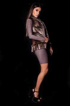 Vestido Bandagem Bege e Colete Pele.  #lançamentogaia #gaia #linhafesta #inverno15 #bandagem #vestidobandagem #dresstoimpress #fashion #ootn #modamineira #lavibh