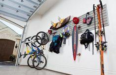 Stockage au mur de l'équipement de sport