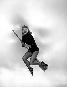 Happy Halloween from one of my favorites. Dancer-Actress Vera-Ellen (On The Town, White Christmas, Danny Kaye movies, etc. Hollywood Icons, Golden Age Of Hollywood, Hollywood Celebrities, Vintage Hollywood, Hollywood Stars, Classic Hollywood, Vera Ellen, Costumes D'halloween Vintage, Cinema