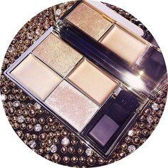 🌟La Palette Highlighter - Cleo's Kiss de Sleek est de retour chez LANAÏKA 🌟 👑 Cette palette vous procurera un teint frais et lumineux 👑 Elle comprend 2 teintes à la texture crémeuse et 2 à la texture poudre 👑 Il ne faut hésiter à mélanger les différents enlumineurs 👑 Ils s'appliquent bien évidemment sur le visage, mais aussi au niveau du décolleté 🖥 Donc pour mettre votre visage en valeur, la palette est disponible sur www.lanaika.com à 12,50€ ❤