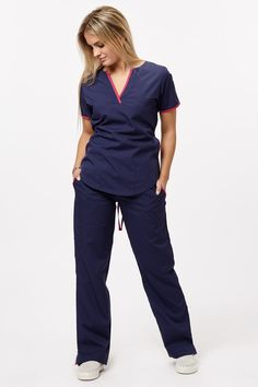 Tefi Poly azul con fucsia – oh! Scrubs Outfit, Scrubs Uniform, Dental Uniforms, Stylish Scrubs, Medical Scrubs, Nurse Scrubs, Womens Scrubs, Hair And Beauty Salon, Nursing Clothes
