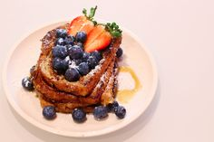 Tostadas francesas con frutos rojos French Toast, Muffin, Breakfast, Food, Cookies, Cooking Recipes, Chicken Eggs, Muffins, Eten