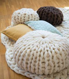 Puff de lana Merino 100% tejido a mano con lana Merino gruesa (2XL). Forma redonda. Relleno de puncha de lana natural. Medida: 50 cm. de diámetro y 30 cm. de altura.