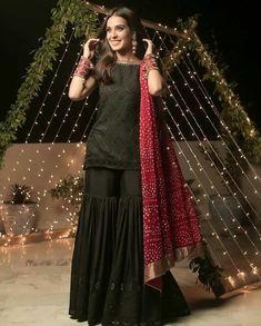 Simple Pakistani Dresses, Pakistani Wedding Dresses, Pakistani Dress Design, Pakistani Outfits, Pakistani Fashion Party Wear, Indian Fashion Dresses, Indian Designer Outfits, Frock Fashion, 80s Fashion