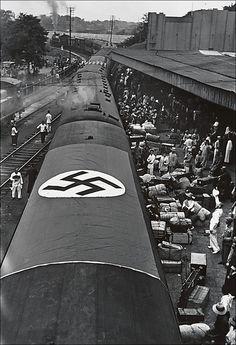 Departure of Chiang Kai-shek's German military advisors, 1938. Foto: Robert Capa.