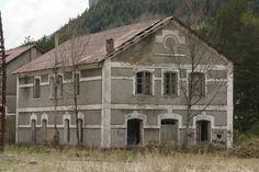 Canfranc 0925 Abril 12Los dormitorios de maquinistas  Estaban en dos edificios idénticos, uno para Norte (7a) junto al depósito de locomotoras y otro para Midi (7b) en la zona norte de la explanada.