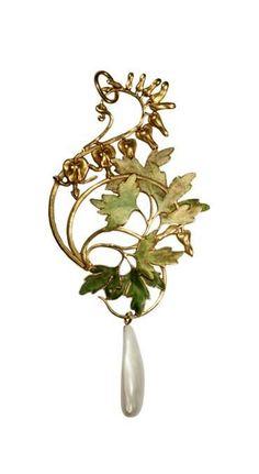 RENÉ LALIQUE | Pendentif Glycines, Cœurs de Marie, vers 1897-99 (c). | Photo: Musée Lalique – Courtesy of S. Bandmann/R. Ooi