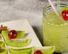 Smoothie pomme-kiwis : www.fourchette-et… Smoothie Pomme Kiwi, Juice Smoothie, Smoothie Drinks, Fruit Smoothies, Healthy Smoothies, Healthy Drinks, Smoothie Recipes, Healthy Recipes, Healthy Food