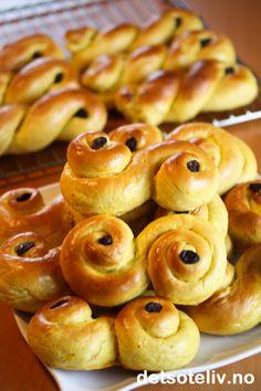 Verdens beste Lussekatter | Det søte liv Norwegian Food, Winter Holidays, Doughnut, Christmas Cookies, Marzipan, Churros, Deserts, Food And Drink, Sweets