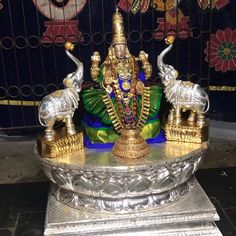 Hindu Deities, Hinduism, Hanuman Images, Goddess Lakshmi, Indian Jewelry, Krishna, Goddesses, Lion, Spiritual