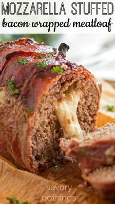 Mozzarella Stuffed Bacon Wrapped Meatloaf This is the absolutely best meatloaf recipe - stuffed with Mozzarella Cheese & wrapped in Bacon! Comes together in a few quick and easy steps for a tasty family dinner Homemade Meatloaf, Good Meatloaf Recipe, Best Meatloaf, Stuffed Meatloaf Recipes, Cheese Stuffed Meatloaf, Cheesy Meatloaf, Cheeseburger Meatloaf, Low Carb Meatloaf, Beef Dishes