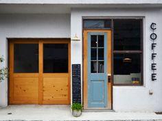 水色の扉、白壁にCOFFEEの文字。心を惹きつける外観。