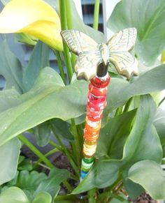 GARDEN FAIRY WANDS Supplies: thread rod & zinc Hex nuts, drawer pull, bracelet beads (acrylic or glass). Note: bracelet beads have the metal colar in the middle. Fairy Crafts, Garden Crafts, Garden Projects, Garden Fun, Craft Projects, Garden Terrarium, Glass Garden, Garden Totems, Water Fairy
