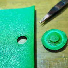 heartandcraftsさんはInstagramを利用しています:「iPhone7ケース マグネット埋め込み ・ #leathercraft#leatherwork #leathergoods#leatherbag #leatherwallet#handmade #leather#bag#wallet#minne #ハンドメイド#レザークラフト…」
