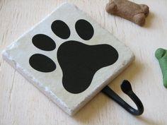 He encontrado este interesante anuncio de Etsy en https://www.etsy.com/es/listing/66821042/dog-leash-hook-cute-animal-paw-print-pet