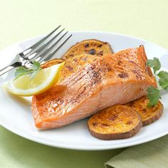 Healthy Dinner Recipes in 20 Minutes Ancho glazed Salmon & Sweet Potato Fries. Nutrition facts per serving: 363 calories, protein, carbohydrate, fat saturated), fiber – 30 Days Workout Challenge Easy Healthy Dinners, Healthy Dinner Recipes, Healthy Snacks, Healthy Eating, Quick Recipes, Cooking Recipes, Protein Recipes, Salmon And Sweet Potato, Seafood Recipes