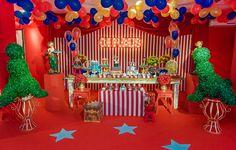 Os irmãos Théo e Edu comemoraram o aniversário no picadeiro! A Georgia Festas preparou um cenário lindo, inspirado num circo vintage, com palhaço, bichos,