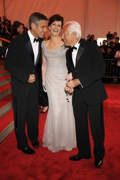 George Clooney and Julia Roberts sharing a laugh at the 2008 New York Metropolitan Museum Costume Institute Gala with honorary chair Giorgio Armani. #Atribute to Friends