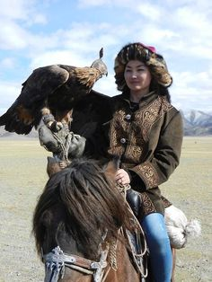 Eagle hunter of Mongolia Mongolia, Costume Tribal, Aigle Animal, Costume Ethnique, Central Asia, People Around The World, World Cultures, Asian Woman, Character Inspiration