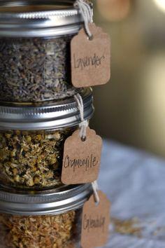 Mason Jar Spice and Herb Storage - Rocky Hedge Farm Diy Mason Jar Spice and Herb Organization with L Mason Jar Herbs, Mason Jar Gifts, Mason Jar Diy, Mason Jar Storage, Tea Storage, Spice Storage, Storage Ideas, Spice Labels, Jar Labels