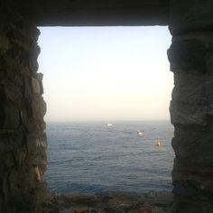 A volte mi chiedo cosa porta una persona a guardare il mondo da una finestra e a non varcare quella soglia...