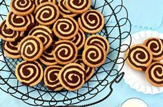 Tutorial for great chocolate pinwheel cookies. A delicious recipe that combines the wonderful flavors of vanilla and chocolate in a cookie swirl. New Recipes, Cookie Recipes, Pinwheel Cookies, Greek Desserts, Pinwheels, Oreo, Biscuits, Caramel, Sweet Tooth