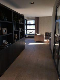 Deze geweldige kast die als roomdivider dient hebben we aan beide kanten mogen inrichten met accessoires. By #MaisonManon.
