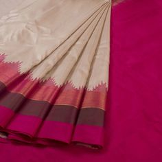 Handwoven Creamish White Gadwal Kuttu Silk Saree With Multicolour Temple Border 10018062 - AVISHYA.COM