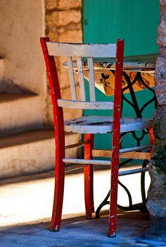 Une chaise et de beaux rayons de soleil à Bonifacio en Corse. Vous vous voyez assis au soleil sur cette chaise à respirer l'air Corse et à profiter de vos vacances ? #vacances #Corse