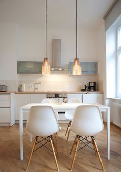 white and wood kitchen and dining table with eames chairs plus Ena - wooden hanging lamp Comedor sillas lámpara cocina Kitchen Interior, House Design, Interior, Dining Room Design, Kitchen Decor, Home Decor, House Interior, Home Kitchens, Kitchen Design