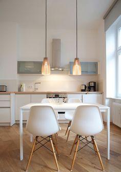 white and wood kitchen // gemütlich, rückwand küche nicht ganz hoch, dezent