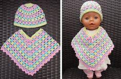 Poncho en muts voor Baby Born pop (met link naar gratis patroon) / poncho and ha. - Poncho en muts voor Baby Born pop (met link naar gratis patroon) / poncho and hat for Baby Born dol - Knitting Dolls Clothes, Crochet Doll Clothes, Knitted Dolls, Doll Clothes Patterns, Crochet Dolls, Doll Patterns, Crochet Patterns, Crochet Poncho, Crochet Beanie