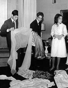 Identidade Brasileira na Moda   Anos 60 - Dener e a ex-primeira-dama Maria Teresa Goulart no Palácio das Laranjeiras (1963)