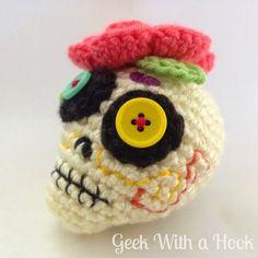 Day Of The Dead Sugar Skull Free Amigurumi Pattern - Geek With a Hook - GeekWithaHook. Crochet Skull Patterns, Halloween Crochet Patterns, Amigurumi Patterns, Holiday Crochet, Crochet Gifts, Cute Crochet, Crochet Amigurumi, Crochet Dolls, Crochet Yarn