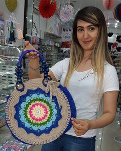 Discover thousands of images about Crochet pattern, crochet bag pattern, crochet color bag pattern Bag Crochet, Crochet Shell Stitch, Crochet Handbags, Crochet Purses, Crochet Pillow, Handmade Handbags, Handmade Bags, Purse Patterns, Crochet Patterns