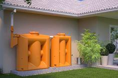 Poder armazenar a água da chuva é uma estratégia importante para reduzir o desperdício de água e ainda economizar na hora de pagar a conta. O jeito mais simples de reaproveitar este recurso hídrico é utilizando uma cisterna, que capta e guarda a água para o uso posterior.