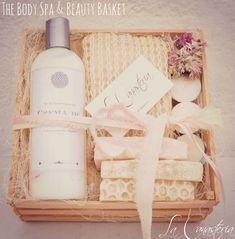 The Body Spa and Beauty Basket es un regalo perfecto para un detalle personal o bien para regalo corporativo con crema líquida de almendras, luffa corporal, jabones orgánicos (miel, avena y rosas) …