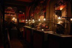 El restaurante cuenta con tres plantas, decoradas con un estilo tétrico medieval, con una capacidad para unos 200 comensales. En su interior alberga un museo del terror, y otras dependencias ambientadas como, la taberna de Satán, la barra de la vampiresa, La caravana del horror, entre otras.