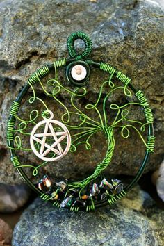 Green windswept swirl tree with pentacle (Love the green - could do without the pentacle-But these are only my thoughts! Not my thoughts, I love it with the pentacle, Michele Bailor Pentacle, Wire Crafts, Jewelry Crafts, Craft Font, Wiccan Crafts, Wire Trees, Magick, Witchcraft, Beads And Wire