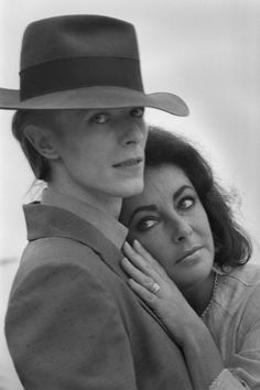 David Bowie & Elizabeth Taylor, Photo by Terry O'Neill. Liz and Bowie at their first meeting in Beverly Hills. David Bowie, Terry O Neill, Elizabeth Taylor, Ziggy Played Guitar, It's All Happening, Bowie Starman, The Thin White Duke, Major Tom, Ziggy Stardust