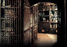 Caves Vinho do Porto. Fundada em 1756 por Alvará Régio do Rei D. José I, a Real Companhia Velha, também conhecida por Royal Oporto Wine Company, é a mais antiga produtora e exportadora de Vinhos do Porto.