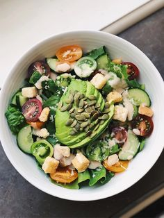 Caesarsalad with avocado, tomatoes and pumpkin seeds Ovo Vegetarian, Cobb Salad, Seeds, Curry, Pumpkin, Lunch, Snacks, Dinner, Food